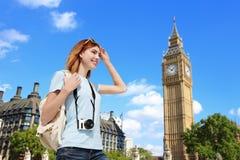 Gelukkige reisvrouw in Londen royalty-vrije stock foto