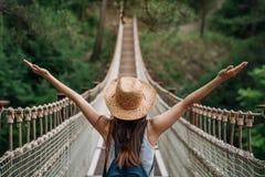 Gelukkige reisvrouw op vakantieconcept De grappige reiziger geniet van haar reis en klaar aan avontuur stock afbeeldingen