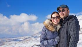 Gelukkige reizigers in sneeuwbergen stock afbeeldingen