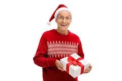 Gelukkige rijpe mens die aanwezige Kerstmis geven Stock Fotografie