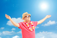 Gelukkige rijpe mens op een vakantie die zijn wapens uitspreidt Royalty-vrije Stock Afbeeldingen