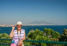 Gelukkige rijpe toeristenvrouw op de de baaiachtergrond van Napels Royalty-vrije Stock Foto