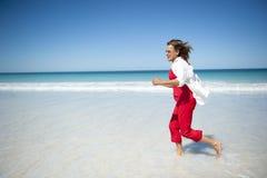 Gelukkige Rijpe Vrouw bij Tropisch Strand Royalty-vrije Stock Fotografie