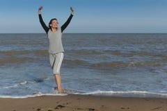Gelukkige rijpe vrouw die van het overzees genieten Stock Foto