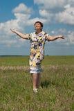 Gelukkige rijpe vrouw die zich op het gebied bevindt Stock Afbeeldingen