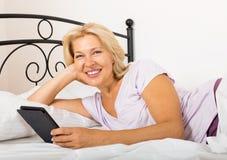 Gelukkige rijpe vrouw met eBook royalty-vrije stock afbeelding