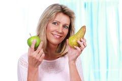 Gelukkige rijpe vrouw met vruchten Stock Afbeeldingen