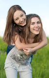 Gelukkige Rit: Mooie jonge vrouwen in openlucht Stock Foto