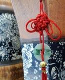 Gelukkige rode Chinese knoop op houten vaas Stock Foto