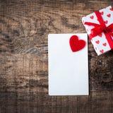 Gelukkige romantische de groetkaart van de Valentijnskaartendag op houten achtergrond Stock Afbeeldingen