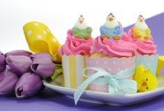 Gelukkige roze, gele en blauwe cupcakes van Pasen met exemplaarruimte Stock Foto's