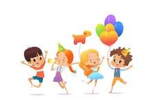 Gelukkige schoolkinderen met de ballons en de verjaardagshoeden die vreugdevol tegen witte achtergrond springen De partij van de  royalty-vrije illustratie