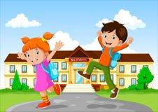 Gelukkige schoolkinderen met rugzak op de schoolbouw achtergrond stock illustratie