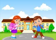 Gelukkige schoolkinderen met rugzak op de schoolbouw achtergrond vector illustratie