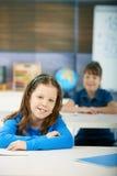 Gelukkige schoolmeisjes in klaslokaal Stock Foto's