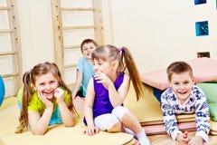Gelukkige schoolvrienden Stock Foto's