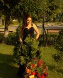Gelukkige schoonheid in tuin royalty-vrije stock foto's