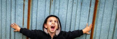 Gelukkige Schreeuwende Dakloze Jongen royalty-vrije stock afbeelding