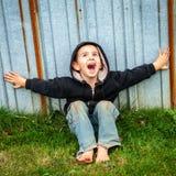 Gelukkige Schreeuwende Dakloze Jongen royalty-vrije stock afbeeldingen