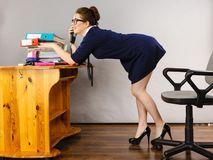 Gelukkige secretaresse bedrijfsvrouw in bureau royalty-vrije stock foto