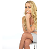 Gelukkige Sensuele Jonge Bedrijfsvrouw die Mini Dress dragen Royalty-vrije Stock Foto