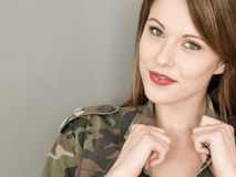 Gelukkige Sexy Jonge Vrouw die een Leger of een Militaire Camouflage Ja dragen stock afbeelding