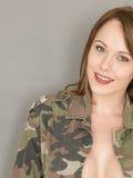 Gelukkige Sexy Jonge Vrouw die een Open Leger of een Militaire Moeheid dragen stock afbeeldingen