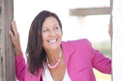 Gelukkige sexy rijpe vrouw openlucht in roze Royalty-vrije Stock Afbeeldingen