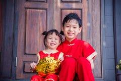 Gelukkige siblings in Chinees traditioneel kostuum Stock Fotografie