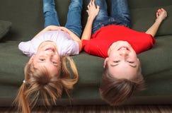 Gelukkige siblings op een bank Stock Foto's