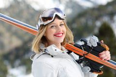 Gelukkige skiër klaar aan hemel die camera bekijken royalty-vrije stock foto