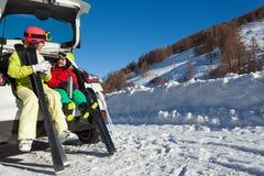Gelukkige skiërs die warme thee van thermosflessen drinken royalty-vrije stock foto's