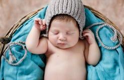 Gelukkige slaap in een mand pasgeboren baby stock afbeelding