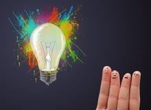 Gelukkige smileyvingers die abstracte hand getrokken kleurrijke lig bekijken Stock Afbeelding