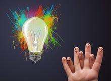 Gelukkige smileyvingers die abstracte hand getrokken kleurrijke lig bekijken Stock Afbeeldingen