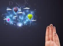 Gelukkige smileyvingers die hete luchtballons bekijken in bewolkt s Stock Foto
