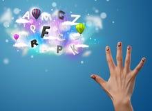 Gelukkige smileyvingers die kleurrijke magische wolken en bal bekijken Stock Afbeeldingen
