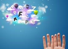 Gelukkige smileyvingers die kleurrijke magische wolken en bal bekijken Stock Foto