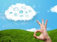 Gelukkige smileyvingers die wolk met blauwe sociale pictogrammen bekijken en Stock Afbeeldingen