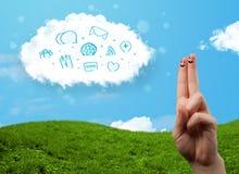 Gelukkige smileyvingers die wolk met blauwe sociale pictogrammen bekijken en Royalty-vrije Stock Foto's