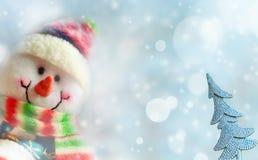 Gelukkige sneeuwman met lichten op de achtergrond Stock Fotografie