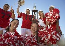 Gelukkige Spelers met Cheerleaders stock afbeelding