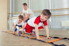 Gelukkige sportieve kinderen in gymnastiek royalty-vrije stock afbeelding