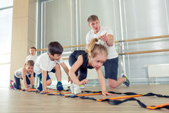 Gelukkige sportieve kinderen in gymnastiek royalty-vrije stock foto