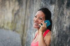 Gelukkige sportieve vrouw met smartphone stock afbeeldingen