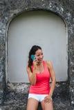 Gelukkige sportieve vrouw op smartphonevraag stock afbeeldingen
