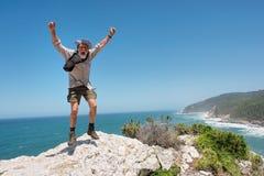 Gelukkige springende oude mens Stock Fotografie
