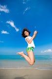 Gelukkige sprong bij het strand Royalty-vrije Stock Afbeelding