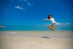 Gelukkige sprong bij het strand Royalty-vrije Stock Fotografie