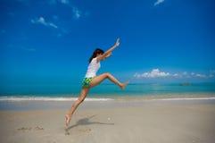 Gelukkige sprong bij het strand Stock Foto